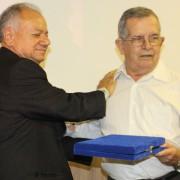 Presidente José Alcides durante entrega da placa de honra ao mérito ao homenageado Valdir Cortez. Fotos: Cristina Gomes/Assessoria de Comunicação