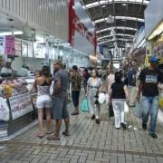Consumidores fazem compras em supermercado. Marcelo Camargo