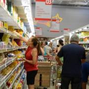 Orçamento apertado, dificuldades para pagar as contas e o desemprego assustam consumidores.Tânia Rêgo/Agência Brasil