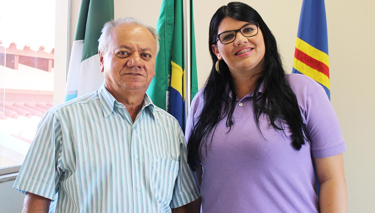 """Presidente José Alcides com a representante da empresa """"Sem Parar"""". Foto Assessoria de Imprensa"""