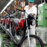 Indústrias tinham 8,2 milhões de empregados, mas houve perda de 642.138 postos de trabalho.     Agência Brasil